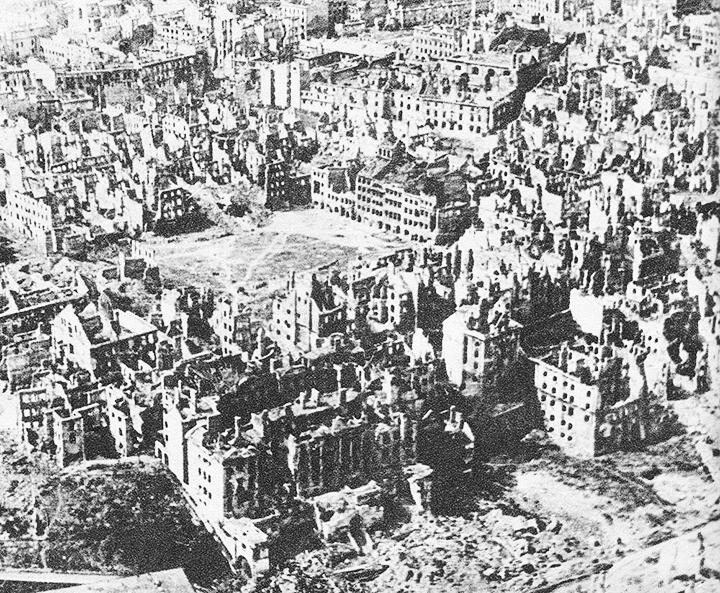 04-DestroyedWarsaw_1945